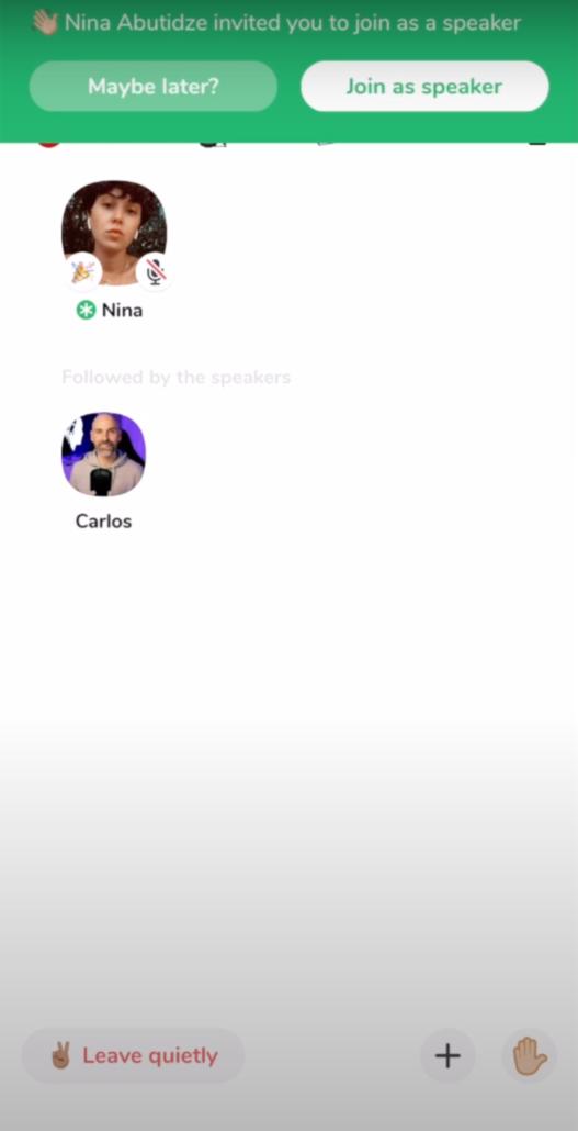 Clubhouse la red social, permite que los moderadores puedan dar el turno de palabra a otros usuarios, incluso pueden invitarlos a participar en el debate que estos pueden rechazar cordialmente si lo desean.